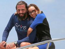 Ator Henri Castelli faz mergulho romântico com Maria Fernanda na BA