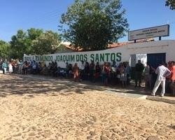 Muitos eleitores esperam nas filas para votar em Domingos Mourão.