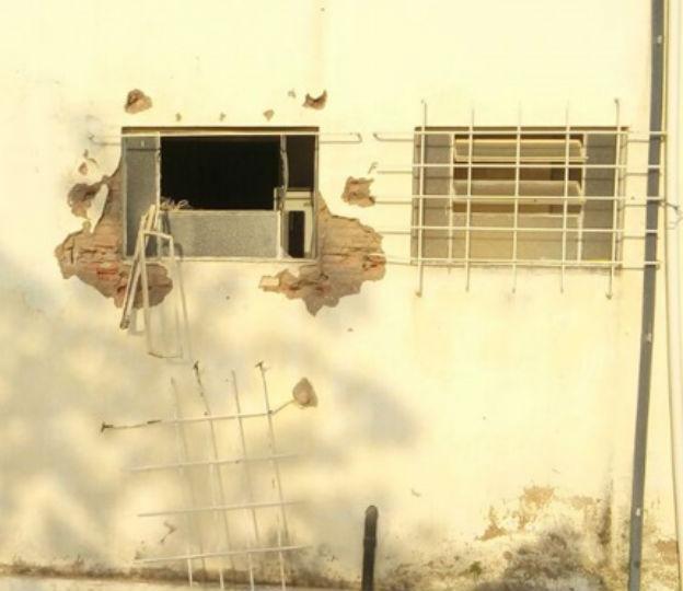 Arrombaram a parede da Agência