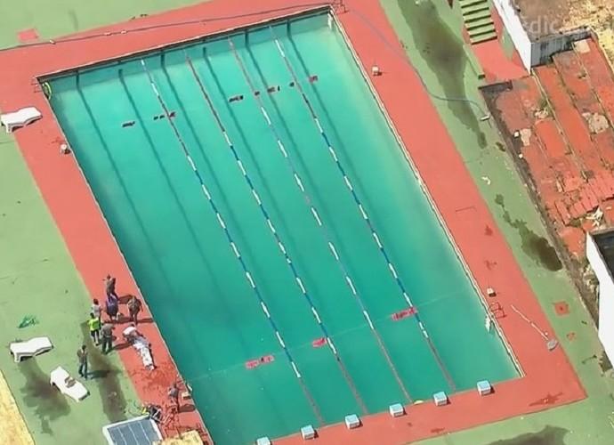 Polícia cobre o corpo do garoto Lucas, ao lado de piscina da Portuguesa (Crédito: Reprodução)