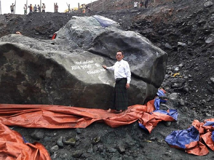 parlamentar Tint Soe posa diajnte do enrome bloco de jade encontrado em Mianma (Crédito: AFP)