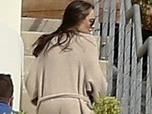 Angelina é vista de roupão com filhos pela 1ª vez pós-divórcio
