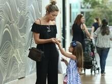 Grazi Massafera faz compras com a filha em shopping do Rio