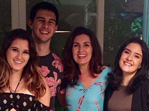 Fátima Bernardes comemora o aniversário de 19 anos dos filhos, Beatriz, Vinícius e Laura Bonner (Crédito: Reprodução)