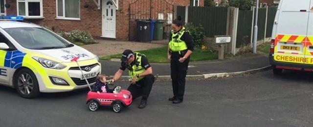 """Polícia faz """"teste do bafômetro"""" em criança em carro de brinquedo"""