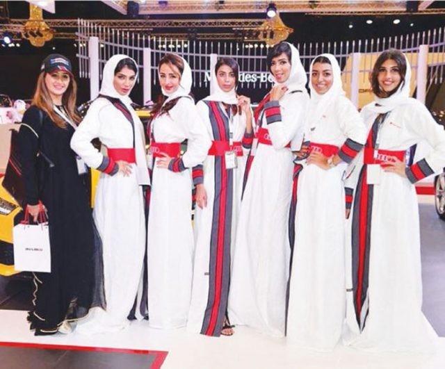 Modelo posam ao lado de carro de luxo no evento em Jeddah (Crédito: Reprodução)