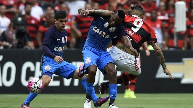 Flamengo empata com Corinthians e vê Palmeiras escapar