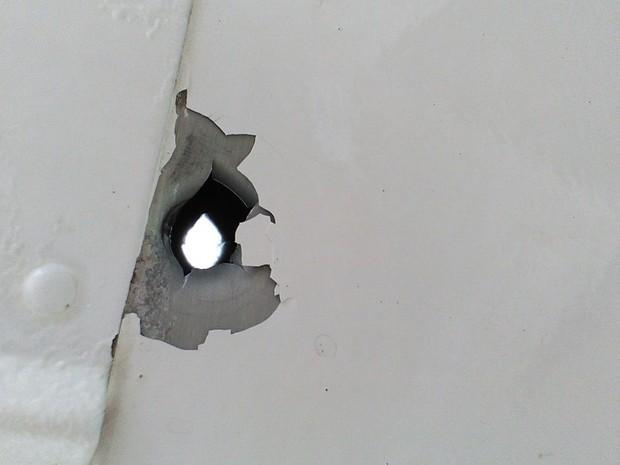 Bala perdida atinge avião durante voo em Santa Catarina (Crédito: Voe Floripa/Divulgação)