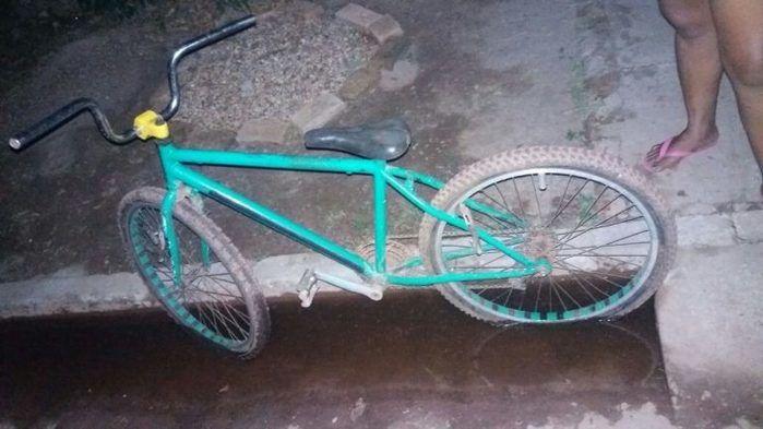 Assaltante toma moto de assalto e abandona bicicleta com a vítima