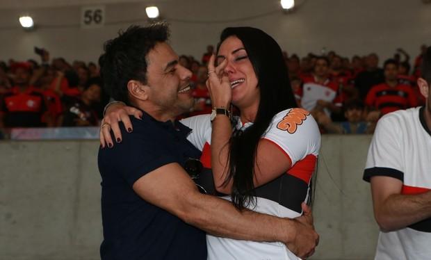 Zezé levo namorada para torcer para o Flamengo  (Crédito: Agnews)