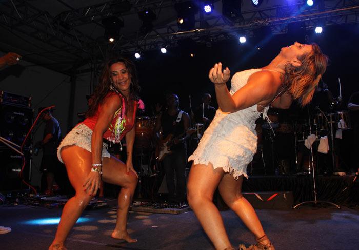 Scheila Carvalho dividindo o palco com Carla Perez (Crédito: Divulgação)