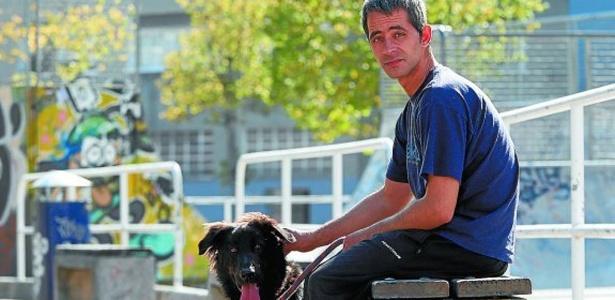 Rubén vivia nos arredores do estádio Anoeta com seu cachorro Mundo (Crédito: Reprodução)