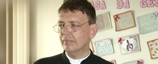 Padre é condenado a pagar R$ 60 mil por impedir aborto em GO