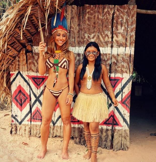 Sabrina Sato posa ao lado de índia na Amazonia