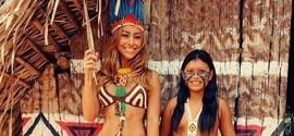 Sabrina Sato posa ao lado de índia em tribo na Amazonia