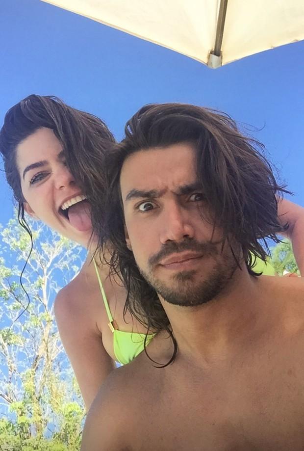 Em recuperação, Mariano curte dias de descanso com a namorada