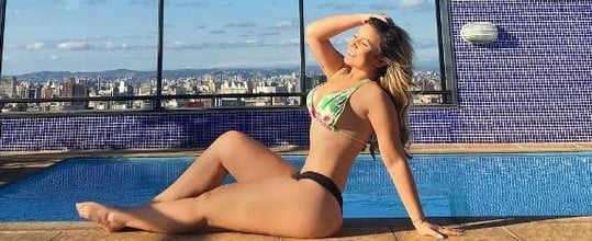 Ex-BBB Maria Claudia mostra cinturinha em dia de piscina