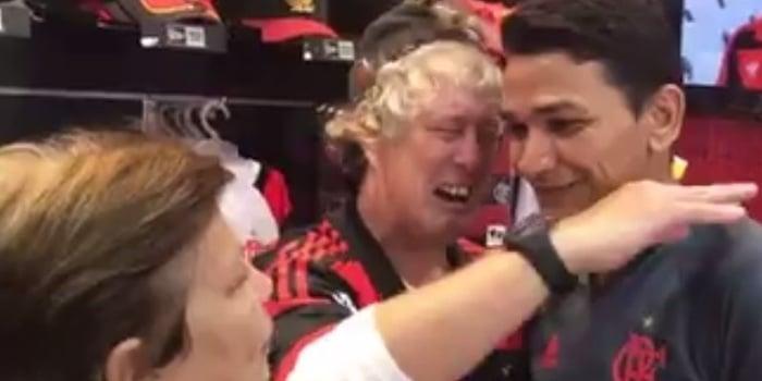 """Torcedor do Flamengo chora ao encontrar Ronaldo Angelim:""""Eu te amo"""""""