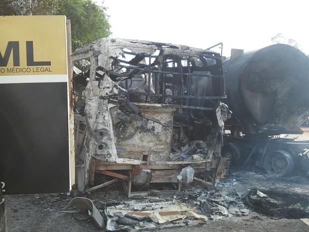 Ônibus ficou destruído após grave acidente (Crédito: Divulgação)