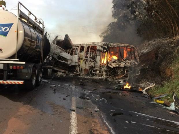 acidente entre um ônibus e um caminhão na rodovia PR-323 (Crédito: Divulgação)
