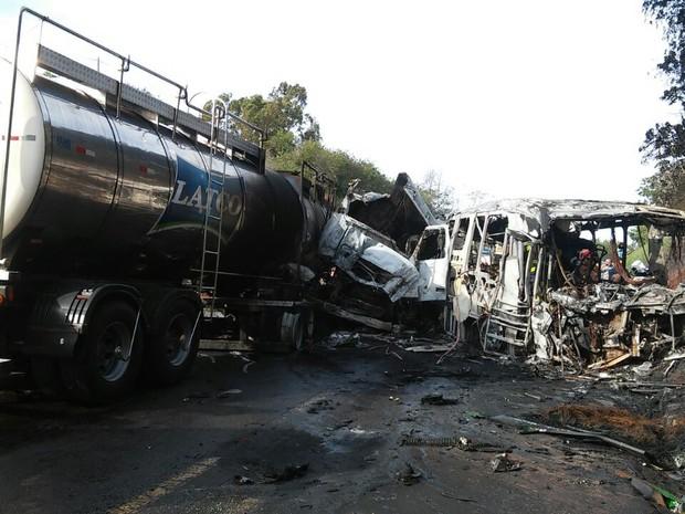 Motoristas do caminhão e do ônibus morreram carbonizados  (Crédito: Divulgação)