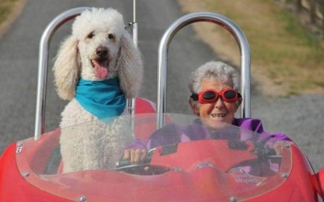 Norma Bauerschmidt durante passeio com carro esportivo