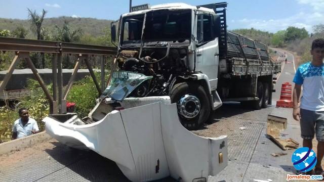 Caminhão colide contra ponte na cidade de Esperantina