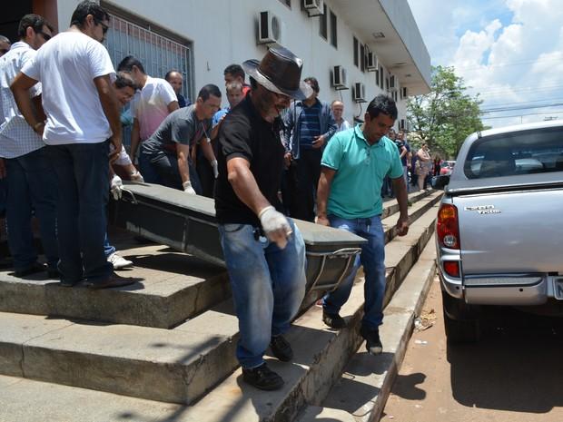 Corpo da vítima foi levado para o IML (Crédito: Reprodução)