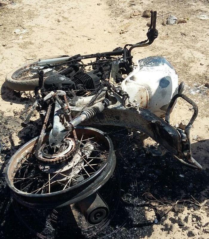 Motocicleta incendiada (Crédito: Reprodução)