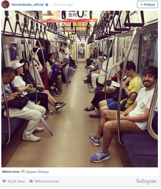 Fernando Alonso anda de metrô no Japão (Crédito: Reprodução)