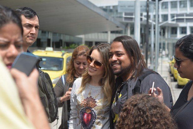 Sandy é cercada por fãs  (Crédito: Agnews)