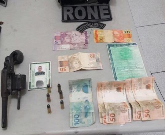 Dinheiro e arma apreendidos com os dois acusados na zona Norte (Crédito: Divulgação)
