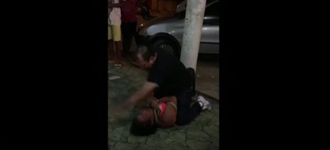 Homem amarra mulher pelo pescoço e a espanca no meio da rua  (Crédito: Reprodução)