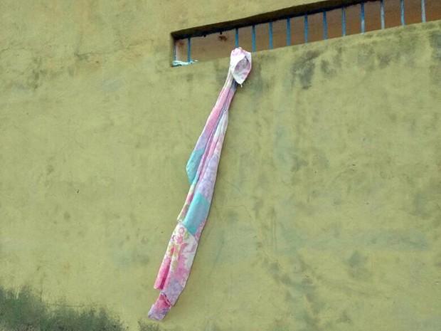 """os detentos fizeram uma corda com lençóis, conhecida popularmente como """"Tereza"""""""