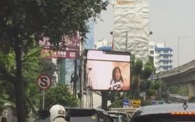 Vídeo pornô era exibido em outdoor (Crédito: Reprodução)
