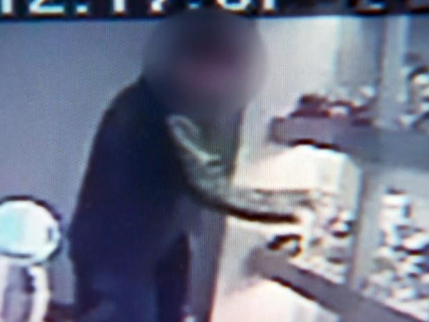 Câmeras de segurança registraram roubo (Crédito: Reprodução)