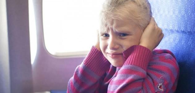 Por que os ouvidos entopem quando viajamos de avião?