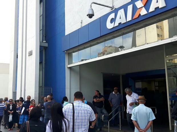 Agência da Caixa Econômica tem filas em Campinas (Crédito: G1)