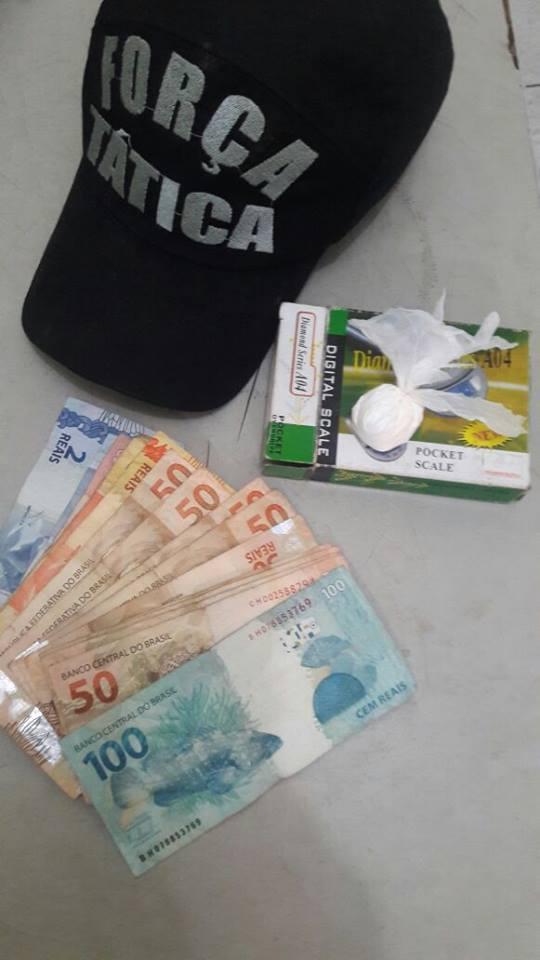 Dinheiro e drogas foram apreendidos (Crédito: Reprodução)