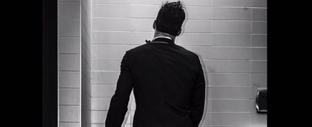 """Ricky Martin posta foto fazendo xixi e diz: """"Segure firme"""""""