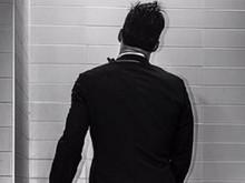 Ricky Martin posta foto fazendo xixi e diz: