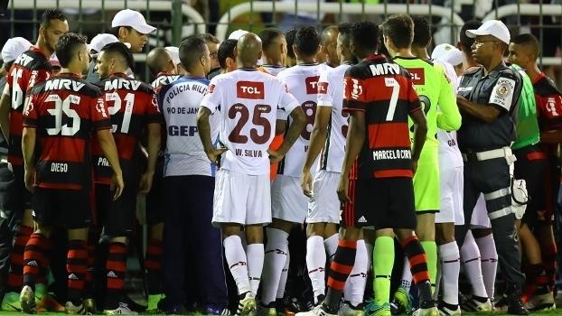 Jogadores de Flamengo e Fluminense cercaram Sandro Meira Ricci e assistentes (Crédito: Getty)