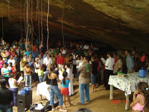Fiéis na gruta no ano de 2005; celebração é tradição há mais de 50 anos na cidade (Crédito: Reprodução)
