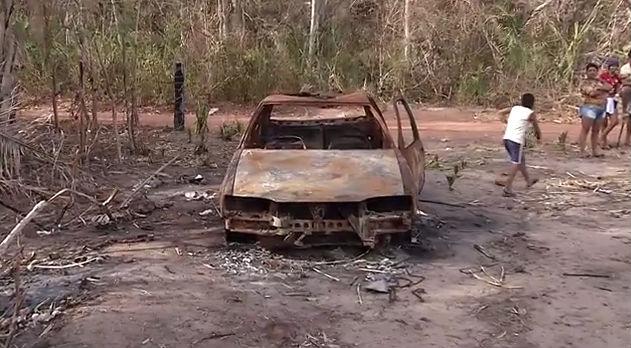 Veículo destruído pelo fogo durante o incêndio criminoso (Crédito: Rede Meio Norte)