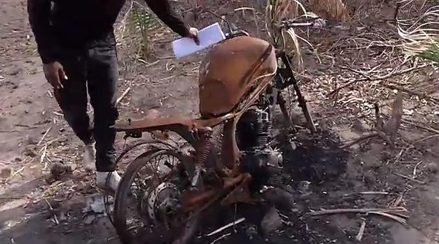Criminosos aetaram fogo na motocicleta de um dos moradores (Crédito: Rede Meio Norte)