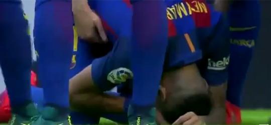 Neymar recebeu garrafada após gol de Messi (Crédito: Reprodução)