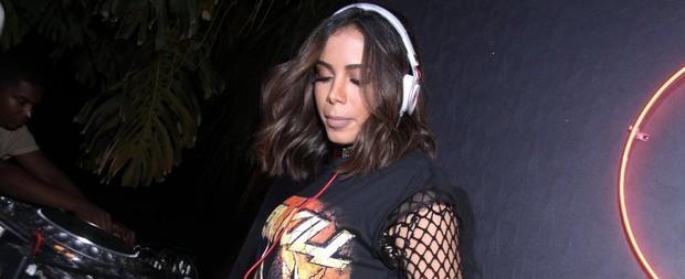 Anitta comanda as picapes e ataca como DJ em festa no Rio