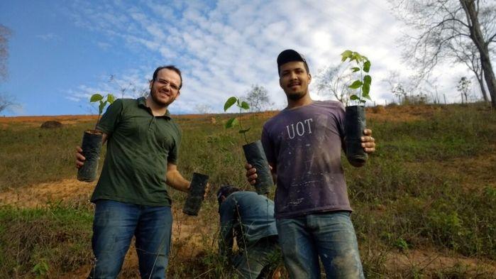 Ele já plantou 87 mudas de árvorees com ajuda de voluntários e amigos