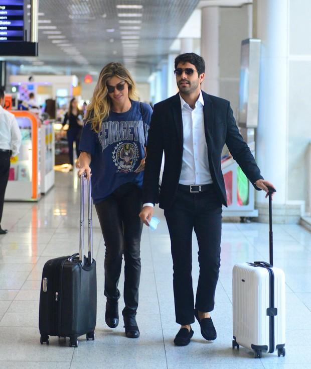 Grazi Massafera embarca no aeroporto com o namorado Patrick Bulus (Crédito: William Oda / Agnews)