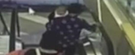 Bebê morre após avó se desequilibrar em escada rolante; vídeo